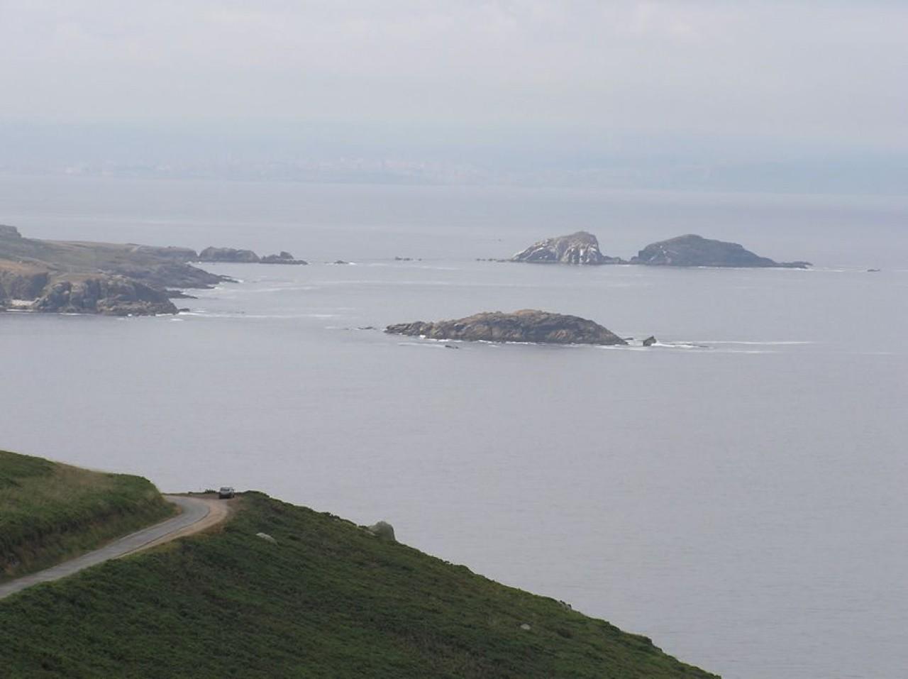 Illas Herbosa e Gaveiras (Coruña ó fondo)