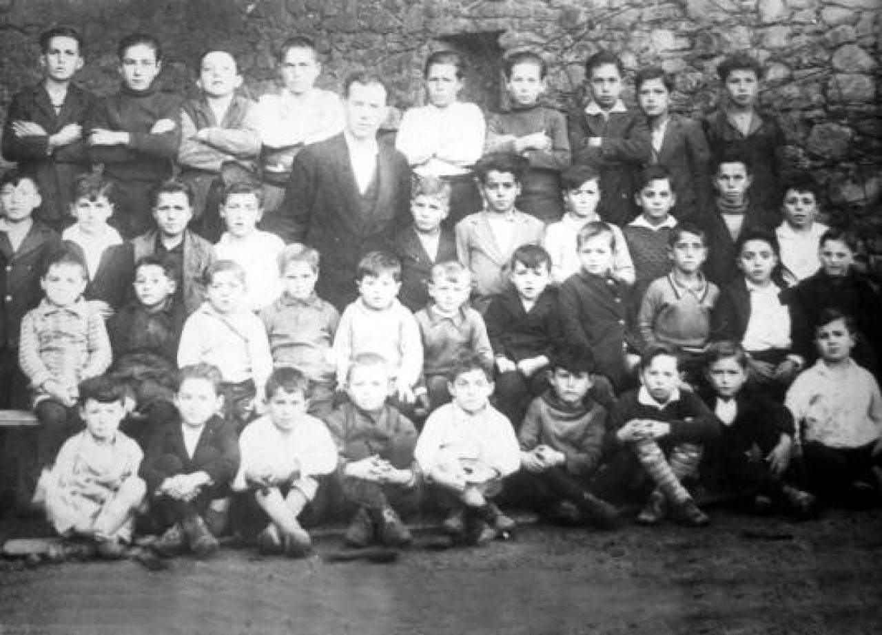Grupo de alumnos de Cobas con su maestro. Años 30 del siglo XX
