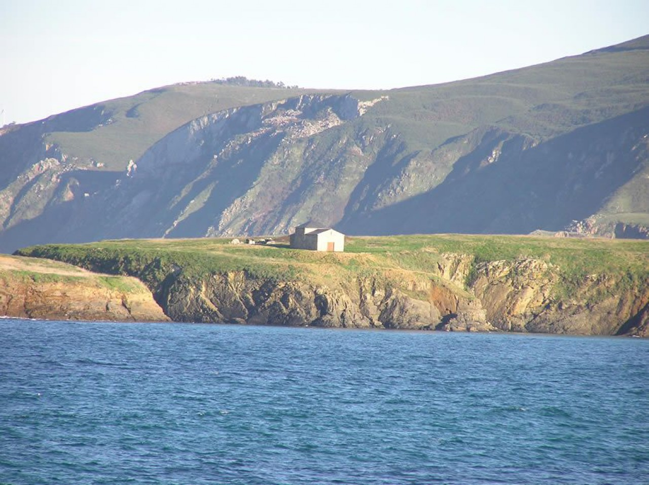 A ermita de Santa Comba vista dende a praia