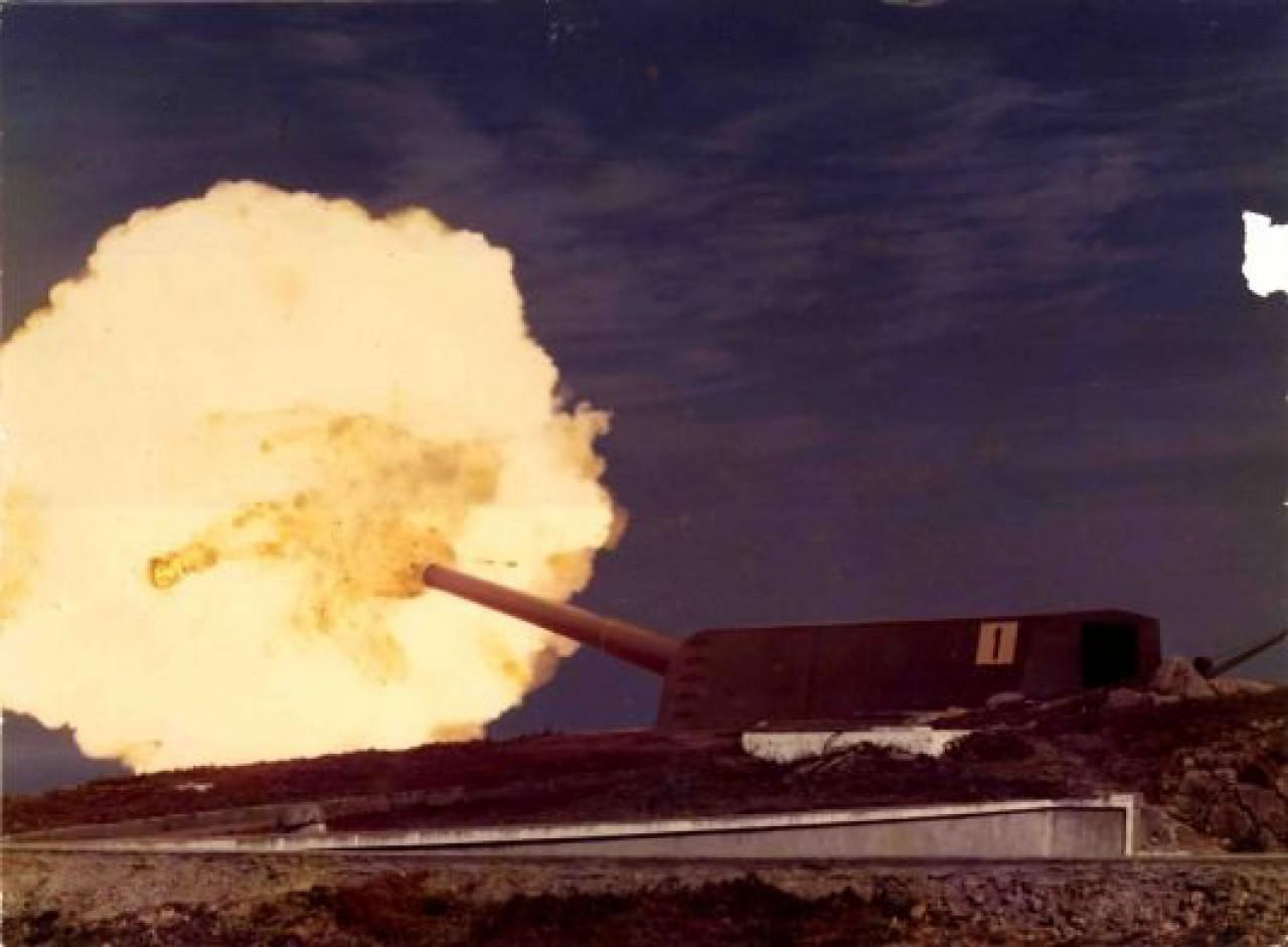 Cañón de costa Vickers de 38,1 cm. abriendo fuego en Prior Alto