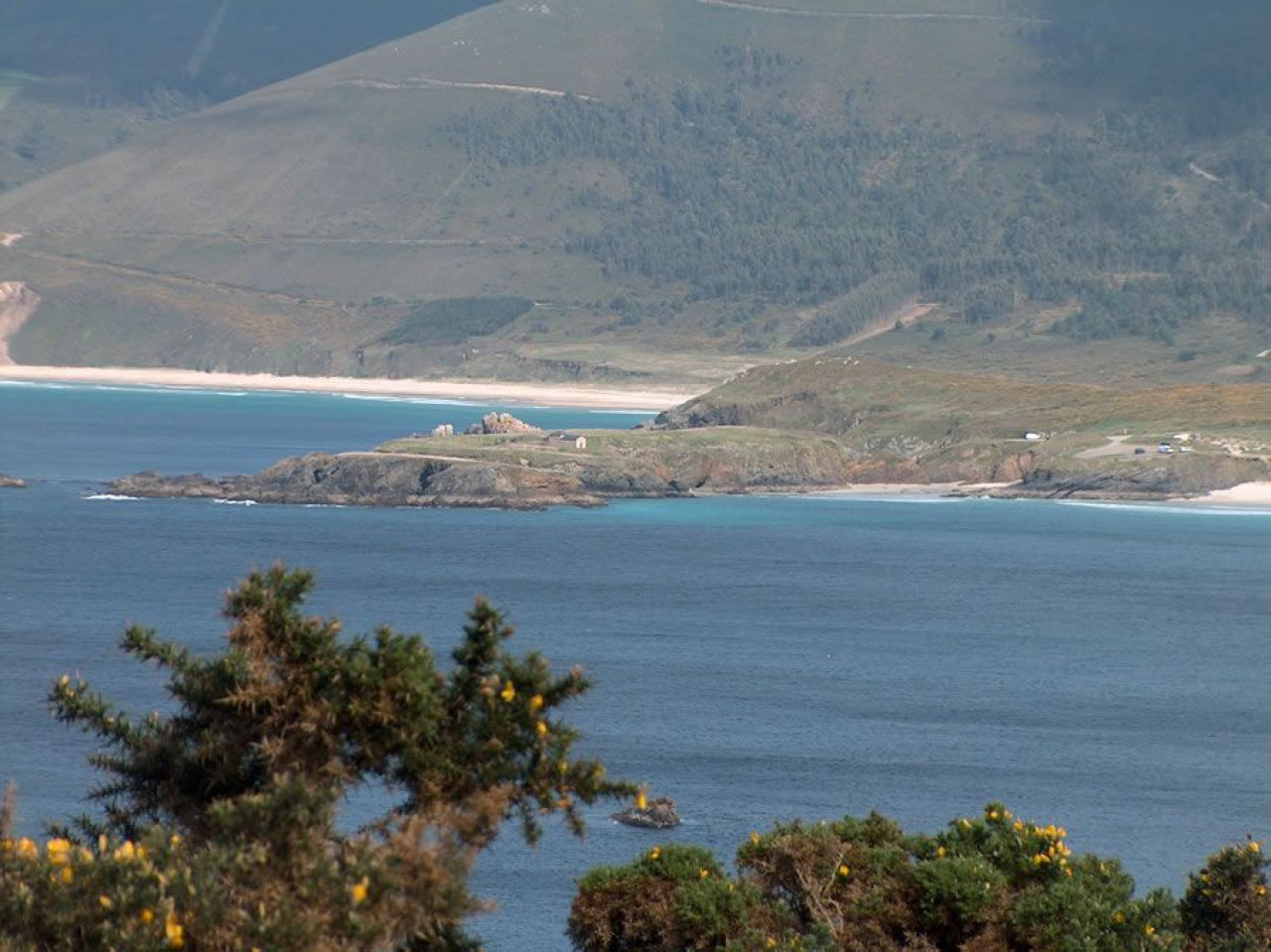 A ermida de Santa Comba coa praia de Ponzos ó fondo