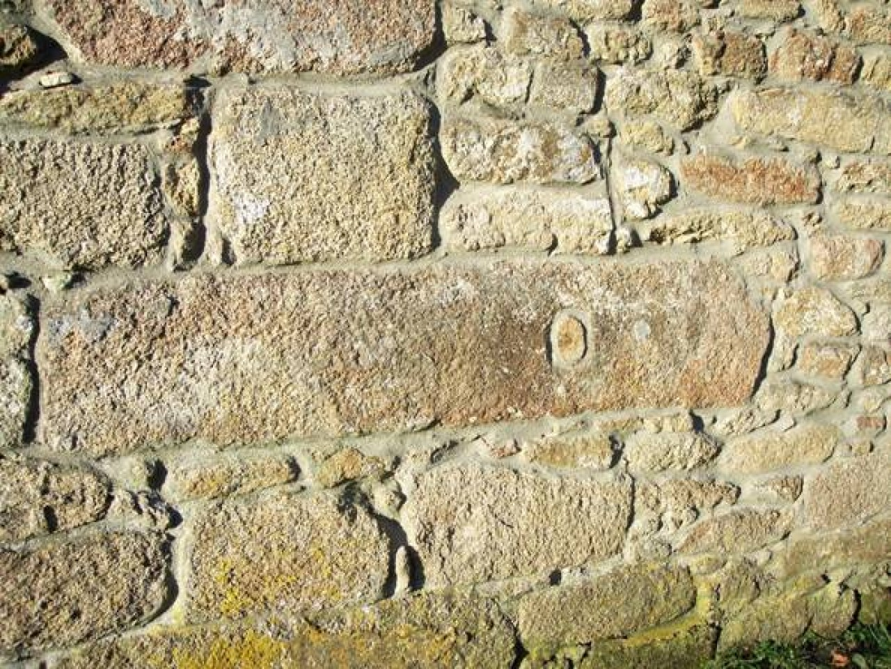primitivo dintel de la puerta sur con gozne rellenado