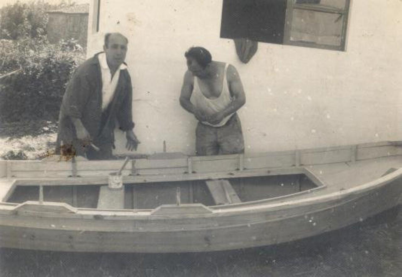 La Chalana. Enrique (a la derecha) pintando la embarcación